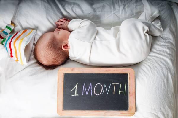 perkembangan bayi umur 1 bulan yang sehat normal