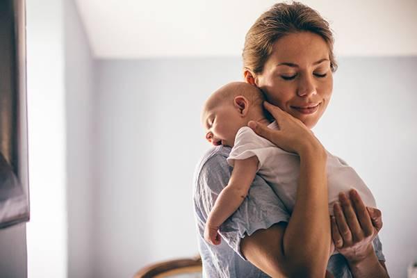 cara menggendong bayi baru lahir 1