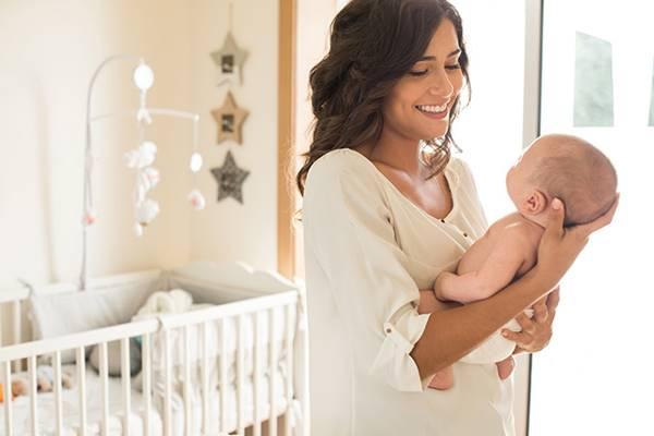 cara menggendong bayi baru lahir 4