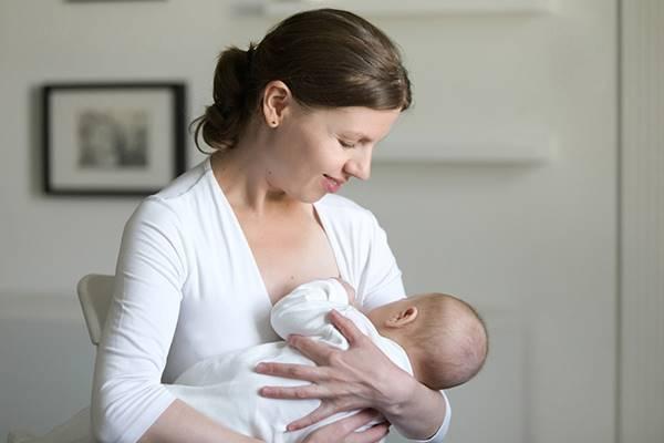 cara menggendong bayi baru lahir 5