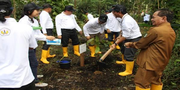 membangun negeri melalui penanaman 1000 pohon oleh mahasiswa untan