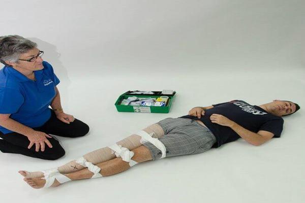 mengikat badan untuk mengurangi gerakan korban